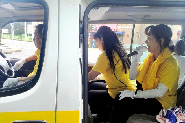 そろいのTシャツで選挙運動を続ける運動員たち。白い手袋も定番品=岐阜県関市