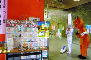 七夕に「奈良市にリニアを」と願いごとをした「りにまね」(右)と「リニー君」=奈良市役所