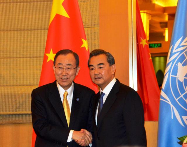 共同会見後、笑顔で握手する潘基文・国連事務総長(左)と中国の王毅外相=7日、北京・釣魚台国賓館、倉重奈苗撮影