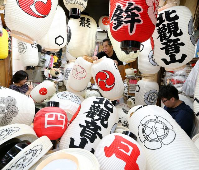 最盛期を迎えた祇園祭の提灯づくり=7日午後、京都市下京区、佐藤慈子撮影