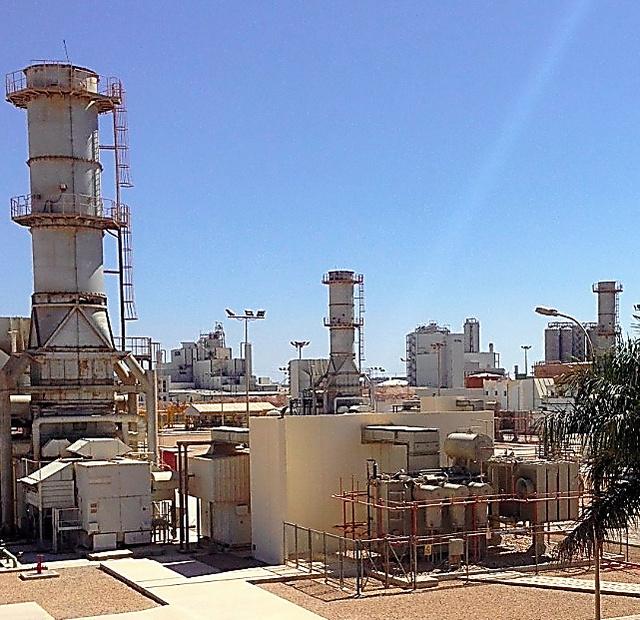 三井物産が2015年5月に買収したオマーン南部サラーラ工業地区の天然ガス火力発電所=同社提供