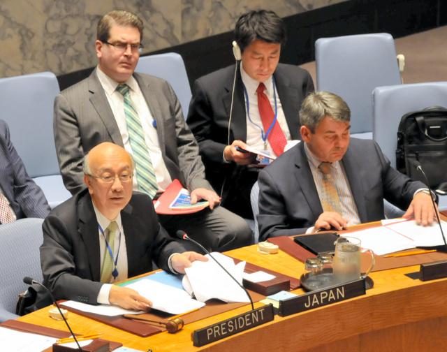 国連安全保障理事会の議長席に座り、議事進行する日本の別所浩郎・国連大使(手前左)=7日、米ニューヨークの国連本部、金成隆一撮影