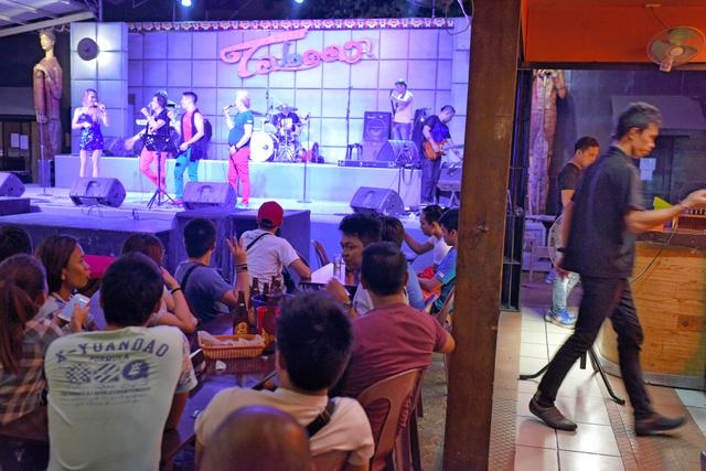 ダバオ市の禁煙バーではバンドが演奏していた。同市では指定された場所以外での喫煙は固く禁止されている=Jes Aznar/(C)2016 The New York Times