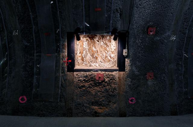 「幌延の窓」から見える地下350メートルの堆積(たいせき)岩の地層=北海道幌延町、白井伸洋撮影