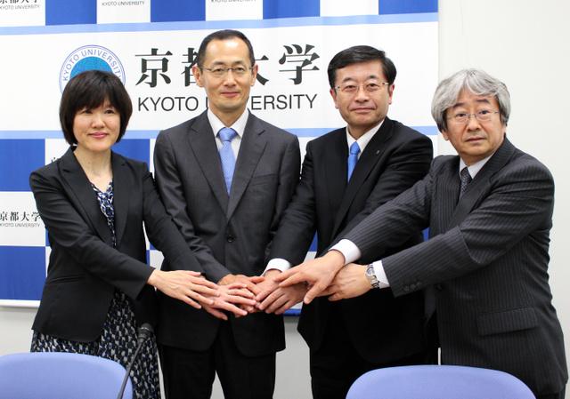 iPS細胞ストックのための採血を東京都内でも始めると発表した京都大の山中伸弥教授(左から2人目)ら=8日午前、東京都千代田区