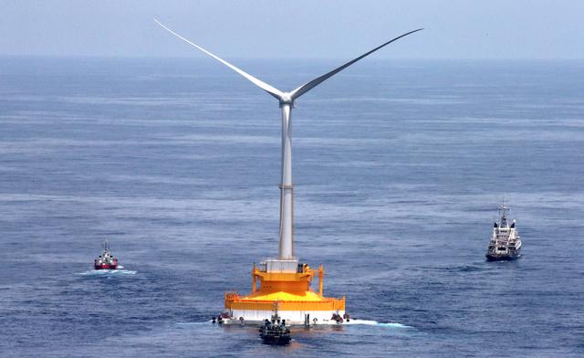 福島に向けて曳航(えいこう)される「浮体式風力発電設備」=8日、茨城県沖、本社機から、長島一浩撮影