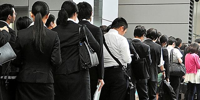 合同企業説明会で受付に並ぶ大学生たち=3日、東京都千代田区、志村英司撮影