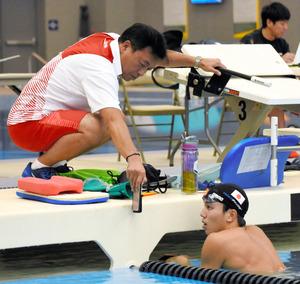 練習中の動画を見せながら太将にアドバイスする藤森... 田島寧子に関するトピックス:朝日新聞デジ