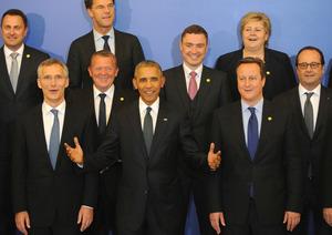 ポーランドの首都ワルシャワで8日、北大西洋条約機構(NATO)首脳会議が開幕し、記念撮影に臨むオバマ米大統領(下段中央)やNATOのストルテンベルグ事務総長(同左)、英国のキャメロン首相(同右)ら=AP