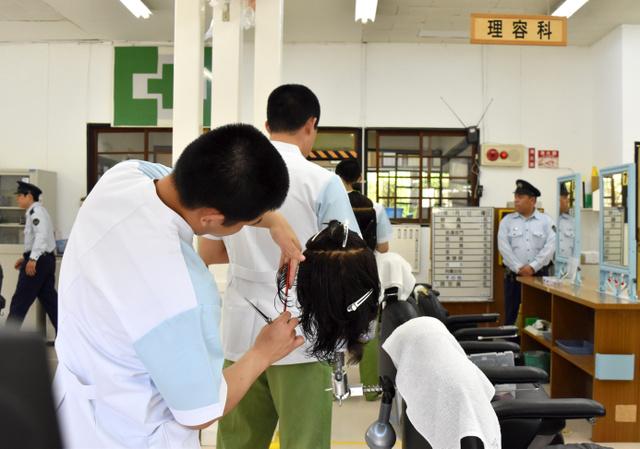 理容師になるための職業訓練を受ける受刑者=5月27日、奈良少年刑務所