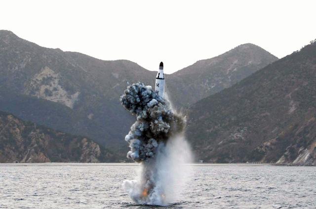 朝鮮中央通信が4月24日に配信した潜水艦発射弾道ミサイル(SLBM)の試射とされる写真=朝鮮通信