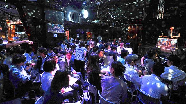 東京・渋谷のクラブを会場に開かれた改正風営法がテーマの「未来メディアカフェ」=天田充佳撮影