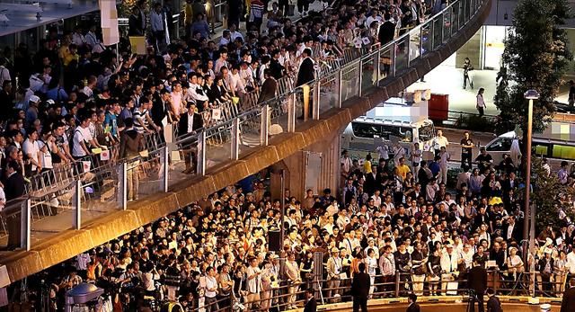 選挙戦最終日、政党による最後の訴えを聞く有権者たち=9日夜、東京都内、葛谷晋吾撮影