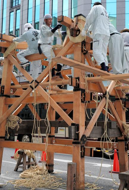 函谷鉾の鉾建てが始まった=10日午前、京都市下京区、佐藤慈子撮影