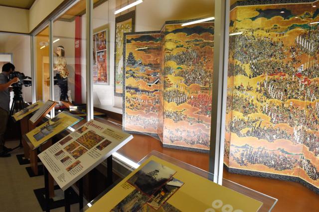 御田の方ゆかりのものなどが展示されている「真田企画展」=由利本荘市岩城亀田亀田町の天鷺村
