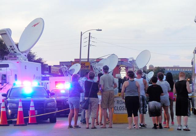 事件発生3日後の現場付近。立ち入り禁止のロープの外側で、住民たちが不安そうに見つめていた=米フロリダ州オーランド、小林哲撮影