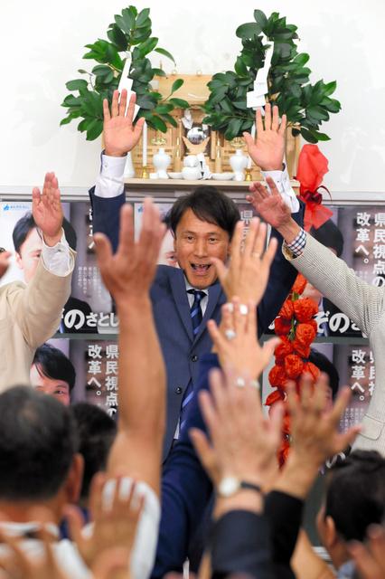 鹿児島知事選で当選を決め万歳する三反園訓氏=10日午後8時27分、鹿児島市、小宮路勝撮影