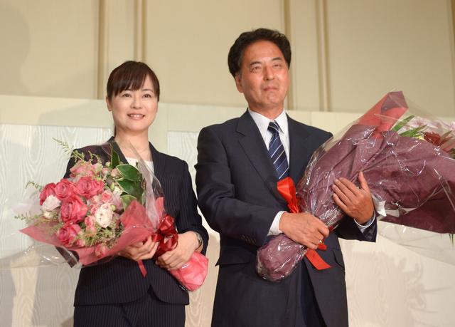 支持者から花束を受け取り笑顔を見せる浅田均氏(右)と高木佳保里氏=10日午後8時26分、大阪市北区、井手さゆり撮影