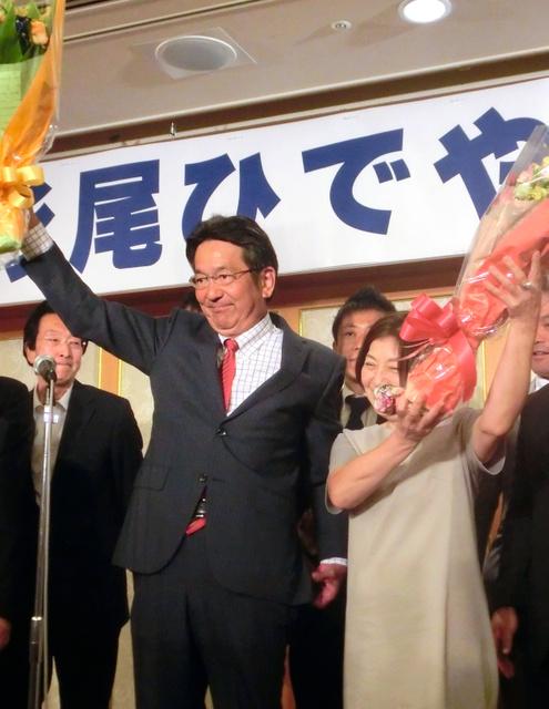 当選確実となり、支援者から贈られた花束を掲げる杉尾秀哉氏=10日午後9時28分、長野市、二階堂友紀撮影