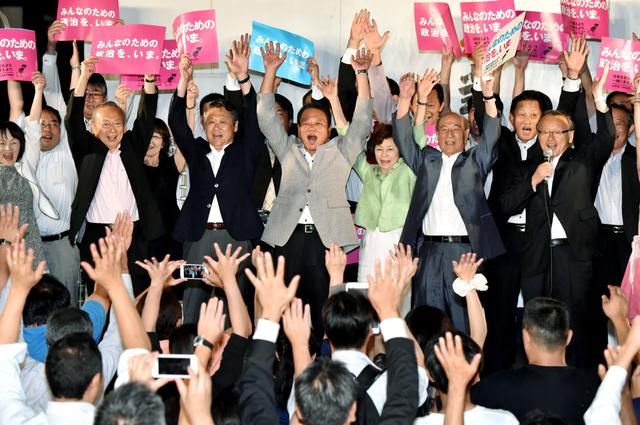 万歳する民進党の芝博一氏(中央)と支援者ら=10日午後9時58分、津市羽所町、小川智撮影
