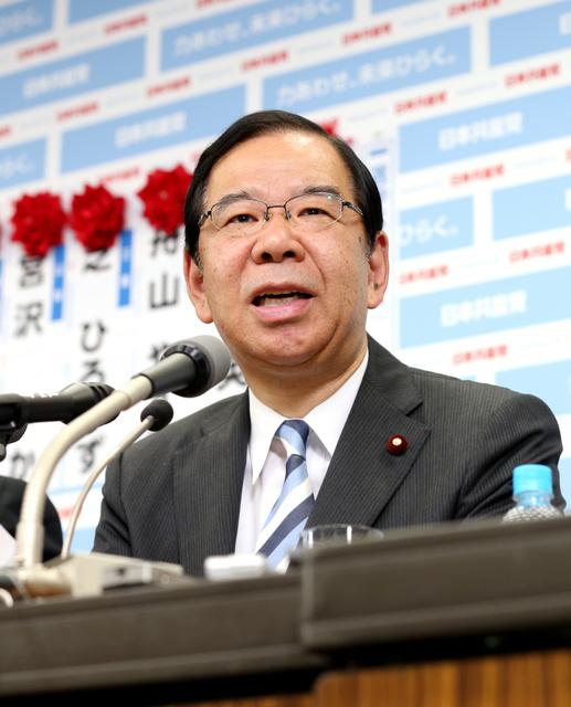 インタビューに答える共産党の志位和夫委員長=10日午後10時49分、東京都渋谷区、葛谷晋吾撮影