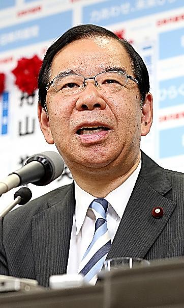 インタビューに答える共産党の志位和夫委員長=10日午後10時49分、東京都渋谷区