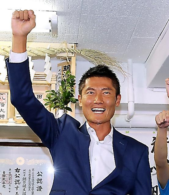 気勢を上げる自民党の朝日健太郎氏=10日午後9時46分、東京都渋谷区、長島一浩撮影