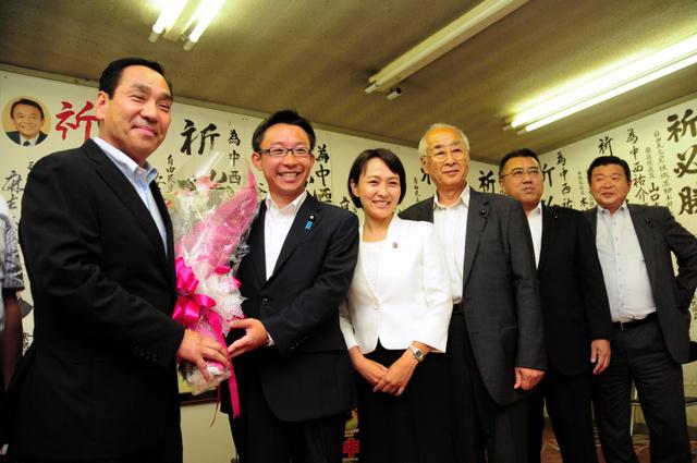当選から一夜明け、記念撮影する(左から)中西哲氏、中西祐介氏と妻の紗希さん=高知市本町2丁目