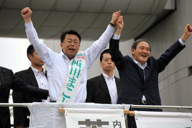 西田氏(左)の応援に駆けつけた菅官房長官=5日、草加駅前