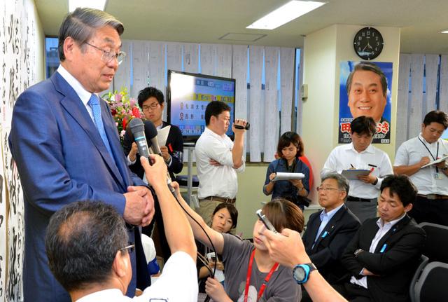 報道陣の質問に答える田中直紀氏=11日午前4時37分、新潟市中央区
