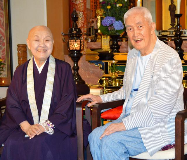 京都・嵯峨野の寂庵を訪ね、瀬戸内寂聴さん(左)との再会を喜ぶ永六輔さん=2013年6月