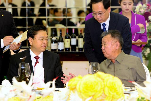 2011年7月12日、条約締結50周年を記念し、訪朝した中国の張徳江副首相(左)と話す北朝鮮の金正日総書記(新華社)=AP