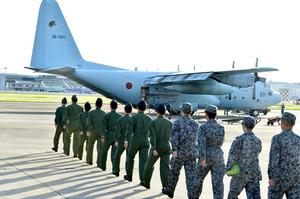南スーダンの治安悪化を受け派遣されるC130輸送機=11日午後5時42分、航空自衛隊小牧基地、戸村登撮影