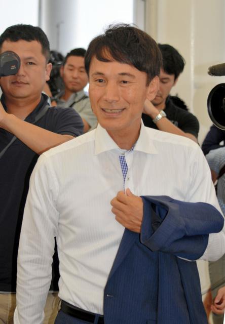 鹿児島県知事選での初当選から一夜明け、事務所に姿を見せた三反園訓氏=鹿児島市