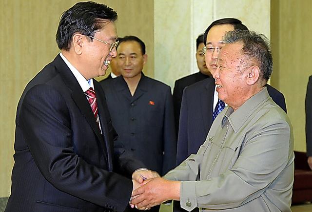 <50周年の時は> 2011年7月12日、条約締結50周年を記念し、訪朝した中国の張徳江副首相(左)と握手する北朝鮮の金正日総書記(新華社)=AP