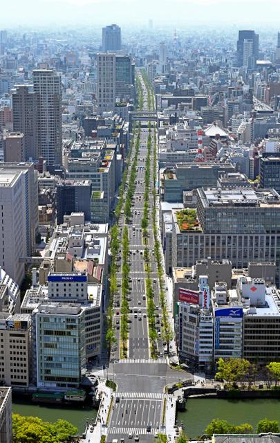北(手前)から南へのびる御堂筋=大阪市中央区、朝日新聞社ヘリから
