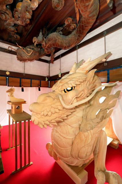 拝殿の天井に設置されている龍と、新調された大船鉾の龍頭(手前)=12日、京都市東山区、佐藤慈子撮影