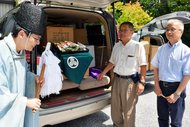 「ちまき」を車2台に満載して八坂神社に運び、お祓いを受けた=東山区