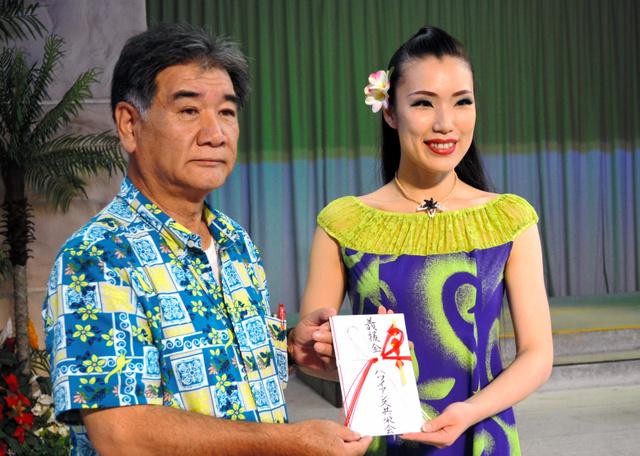熊本を訪問するモアナ梨江さん(右)。左はハワイアンズ共栄会の三室啓記会長=いわき市
