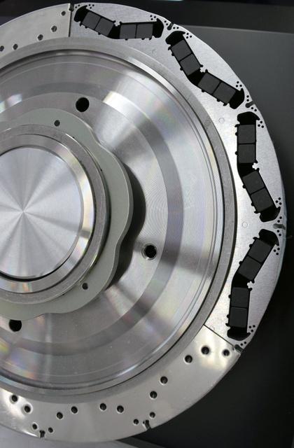 ホンダの新型HV用モーターに埋め込まれた磁石(黒い部分)には、重希土類「ジスプロシウム」が使われていない=東京都内