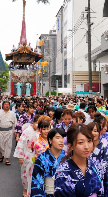 鶏鉾を浴衣姿の女子学生が曳き初めした=京都市下京区