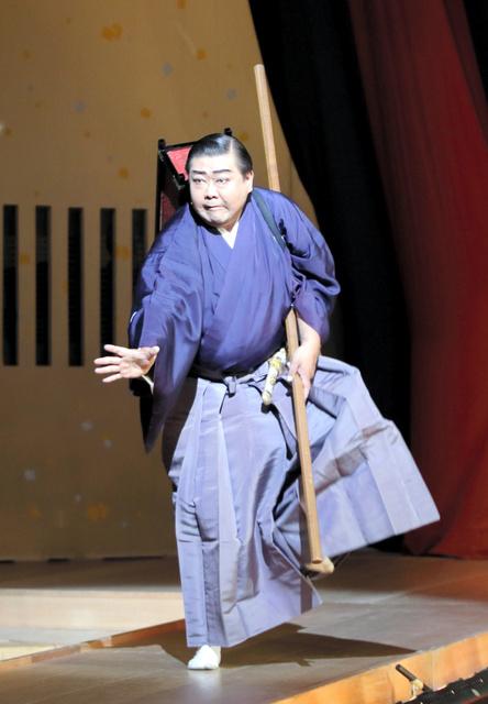 飛び六方で花道を引っ込む菊月喜千寿さん=6月19日、東京・浅草、三すじ会提供