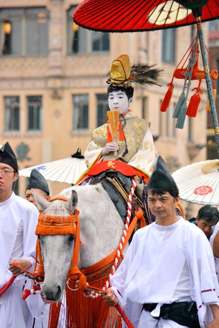 社参の儀で白馬にまたがり八坂神社へ向かう長刀鉾の稚児の粂田龍志君=四条大橋