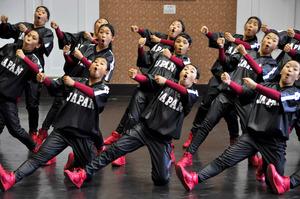 世界選手権で披露したダンスを踊る府立今宮高校ダンス部=大阪市中央区