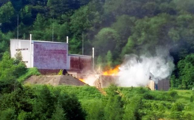 ロケットエンジンの燃焼試験の様子。山中にロケットが打ち上がるときのごう音が鳴り響いた=秋田県大館市