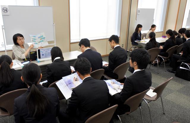 法政大が学内で開いた企業説明会。メガバンクのほか自動車部品の世界トップメーカーも参加した=5日、東京・市ケ谷