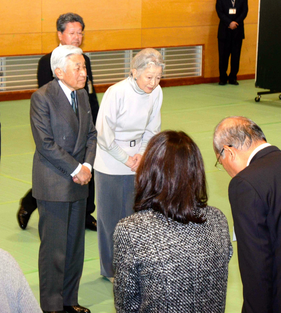 土砂崩れ被災地近くの公民館で被災者にあいさつする天皇、皇后両陛下=2014年12月、広島市安佐南区