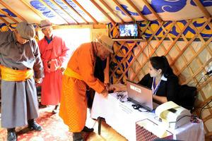 モンゴル伝統の移動式住居「ゲル」内に設けられた投票所では、不正投票防止のために指紋認証による本人確認が行われていた=6月29日、モンゴル・ルン村、平賀拓哉撮影