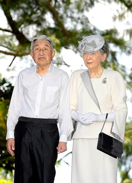 米軍が上陸したオレンジビーチを見つめる天皇、皇后両陛下=2015年4月、パラオ・ペリリュー島