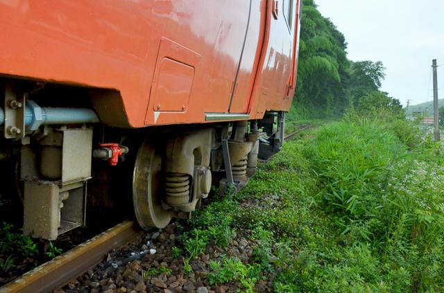 脱線した先頭車両=14日午前7時47分、広島県三次市、成田康広撮影